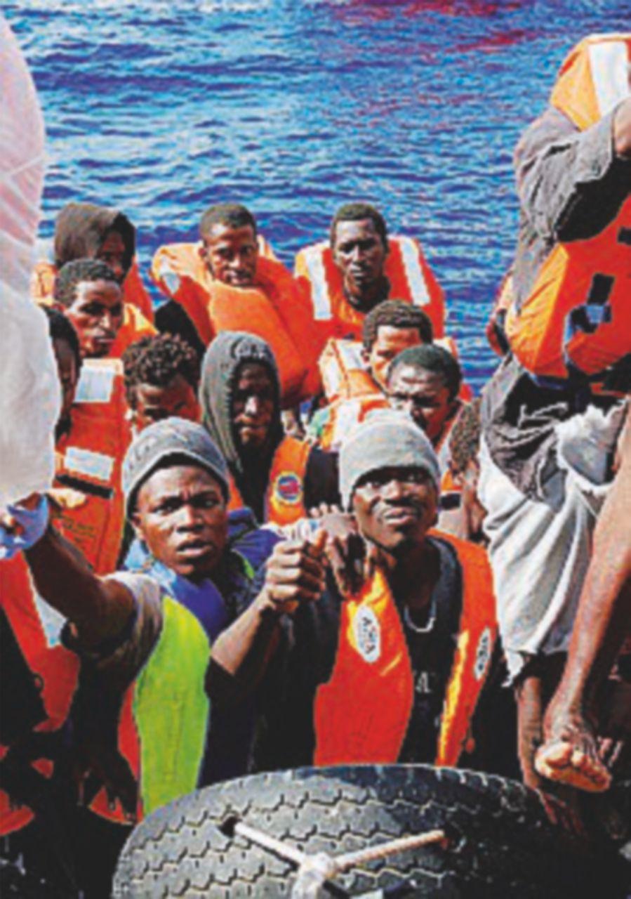 Quasi mille migranti soccorsi in mare. Almeno 4 cadaveri