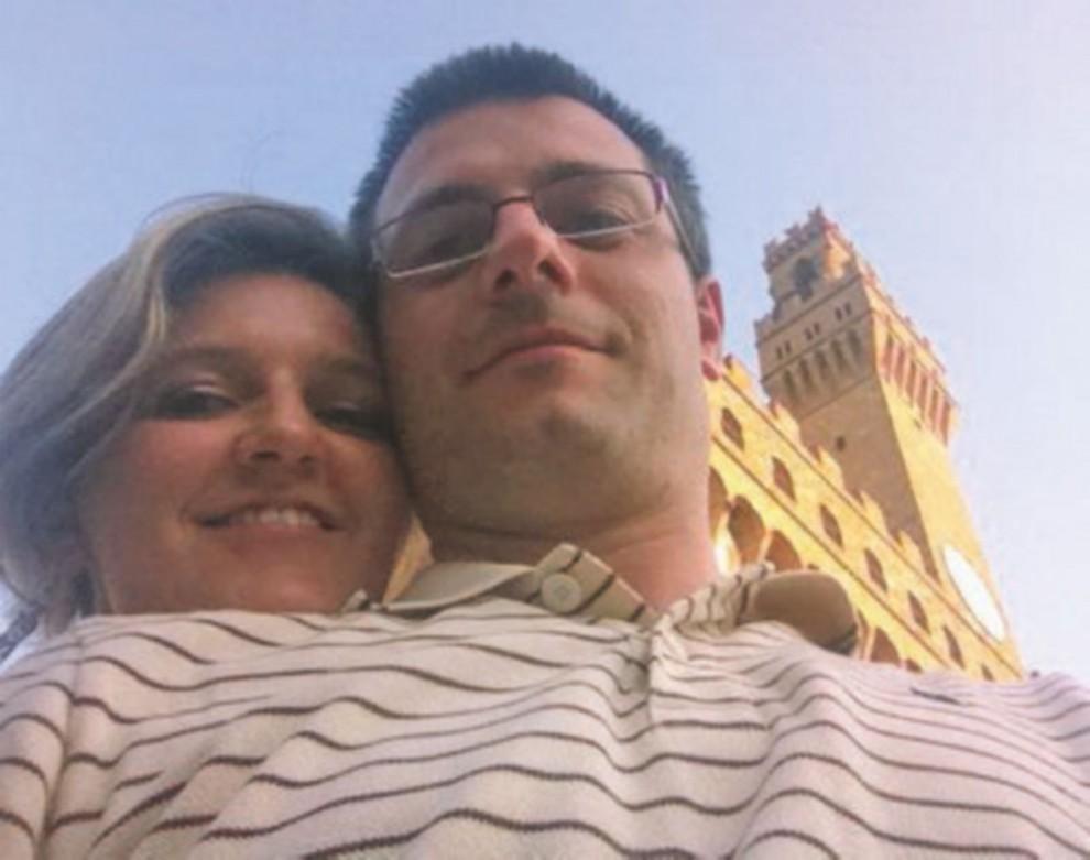 Conticini con la moglie e il verbale di assemblea della Chil Promozioni srl – Ansa