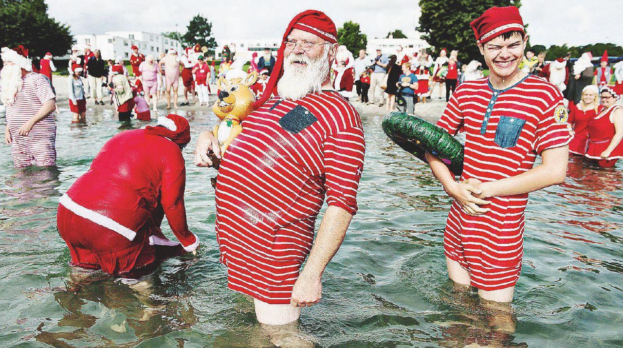 Santa Claus, i bagni danesi in acqua aspettando la neve