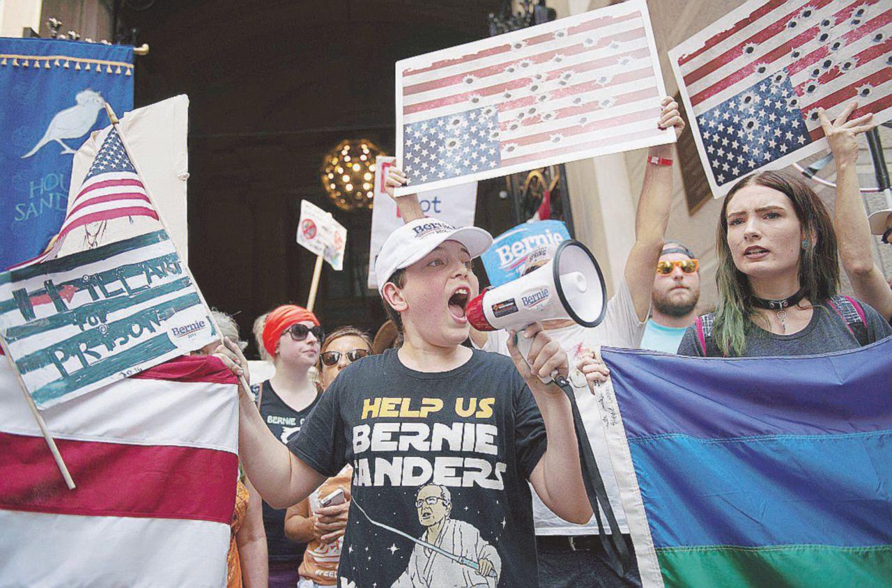 """Gli ultras di Sanders: """"Primarie manipolate"""""""