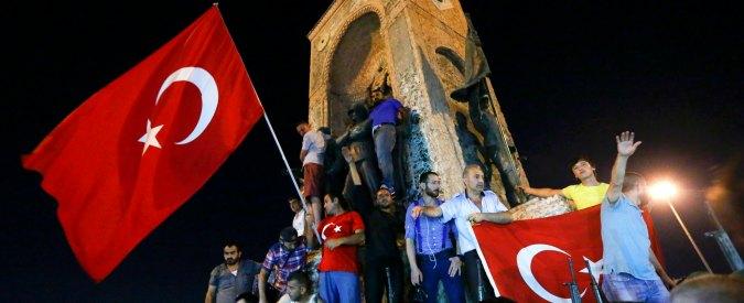 Turchia, piedi sulla statua di Ataturk e saluti da Lupi grigi: Istanbul porta già i segni della vittoria di Erdogan sui laici