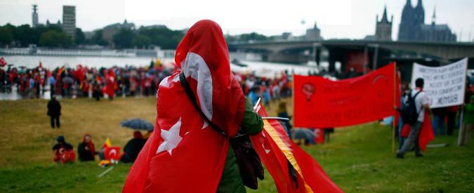 """Turchia: """"Stop ai visti per Ue o salta accordo sui migranti"""". Germania blocca discorso Erdogan a Colonia"""