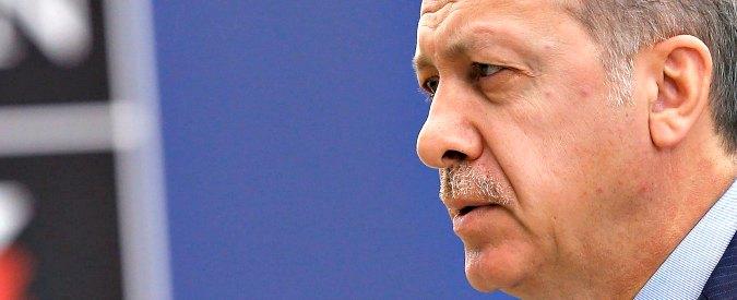 Turchia, la lira in caduta libera rispetto al dollaro: così aumenta il peso dei debiti con l'estero e rischia anche l'economia