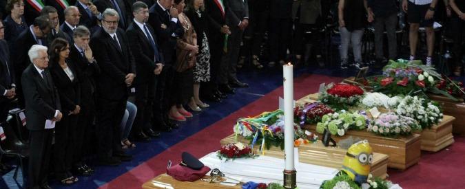 """Scontro treni in Puglia, i funerali delle 23 vittime. Arcivescovo Andria: """"Non si pensa a vita delle persone ma a interessi"""""""