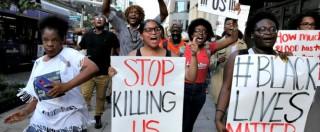 Dallas, proteste e scontri con la polizia: 5 agenti feriti e 230 arresti. Rilasciato il leader di Black Lives Matters
