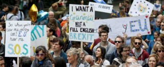 """Brexit, migliaia di persone alla marcia pro Europa. Sondaggi: """"Il 5% del fronte Leave ha cambiato idea"""""""