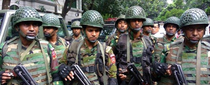 """Attentato Bangladesh, polizia ammette: """"Ostaggio ucciso per errore"""". Arrestati padre e fratello di un terrorista di Dacca"""