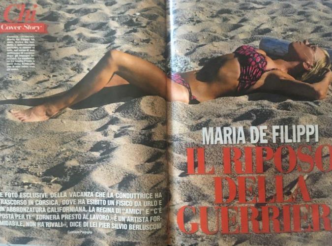 Maria De Filippi incantevole in spiaggia, sfoggia il fisico di una ventenne