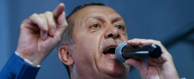 """Turchia, possibile ritorno della pena di morte. Erdogan: """"La chiede il popolo, non lo ignoreremo"""". Arrestati 3mila giudici"""