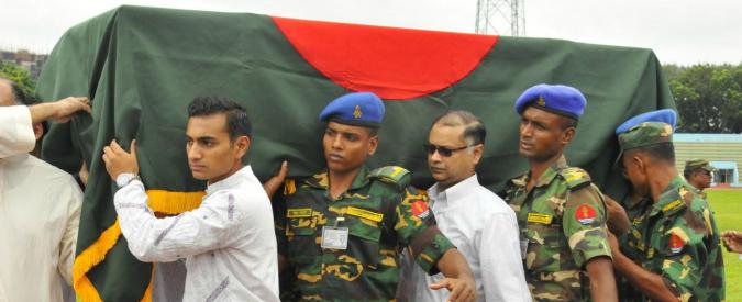 Attentati Dacca, tre fermi per la strage: erano all'interno del ristorante. C'è anche un professore universitario