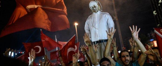 Turchia, il governo chiude oltre 2mila enti sospettati di legami con Gulen. Arrestati il nipote e il braccio destro dell'imam