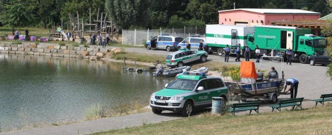 Lipsia, in 48 ore ritrovati in un lago i corpi mutilati di un uomo e una donna: è psicosi serial killer