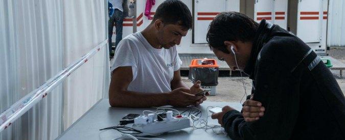 """Migranti, sindaci di Udine e Pordenone tolgono il wi-fi in centro: """"Troppi capannelli di persone"""""""
