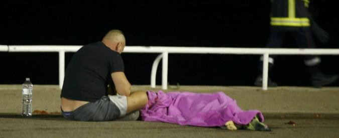 """Attentato Nizza, i testimoni: """"Il tir travolgeva tutti come birilli"""". Salva la moglie incinta, ma viene investito"""