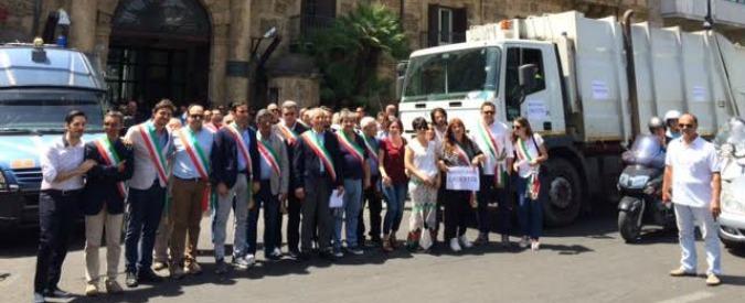 """Sicilia, è emergenza rifiuti nei comuni Sindaci protestano a palazzo d'Orleans """"La responsabilità è di Crocetta"""""""