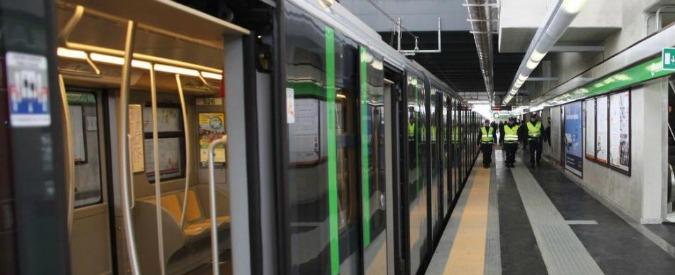 """Milano, """"cane in galleria"""": La linea tre della metropolitana bloccata per ore. Poi il salvataggio"""