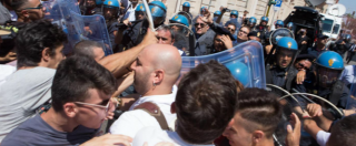 """Taranto, contestazione a Renzi. Lavoratori e cittadini: """"Ilva ci uccide"""". Emiliano: """"Ok il patto, ma non c'è una lira in più"""""""