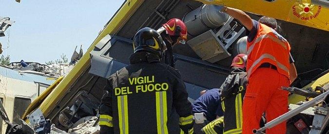 """Scontro tra treni in Puglia, i sopravvissuti: """"All'improvviso a terra. Poi ci siamo liberati dalle lamiere con le mani"""""""