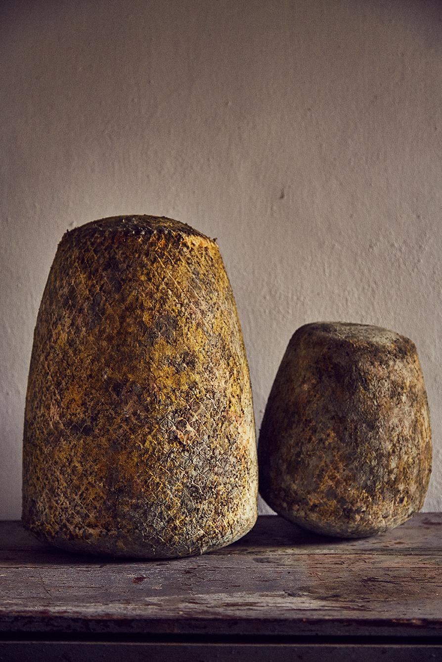 Qual è il segreto per un gusto così buono? Al di là delle materie prime, il segreto sta anche nel tipo di conservazione del formaggio. Una volta prodotto noi manteniamo il formaggio in una prima sala molto umida per 15-20 giorni; poi lo trasportiamo in una seconda sala, ancora più umida, affinché le muffe naturali che vengono a crearsi mantengano all'interno la cremosità del formaggio e diano la possibilità di far stagionare il formaggio per periodi più lunghi: dai 3 ai 12 mesi.