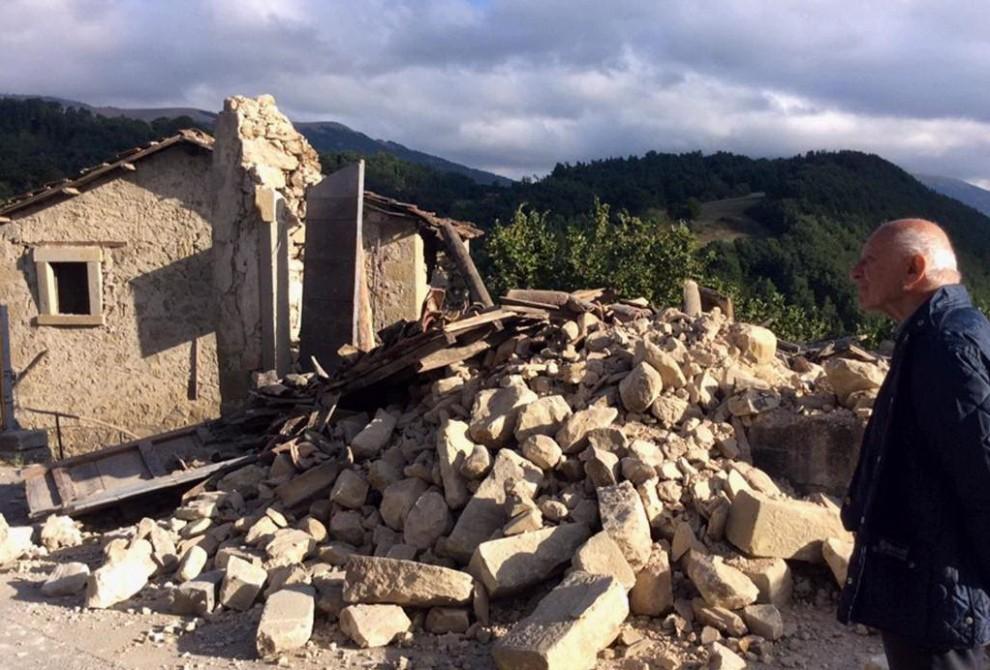 Terremoto centro italia le immagini di accumoli devastata dal sisma non una casa agibile - Casa senza fondamenta terremoto ...