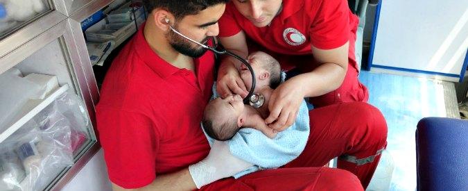 """Siria, gemellini siamesi evacuati da sobborgo di Damasco: """"Hanno bisogno di un'operazione per sopravvivere"""""""