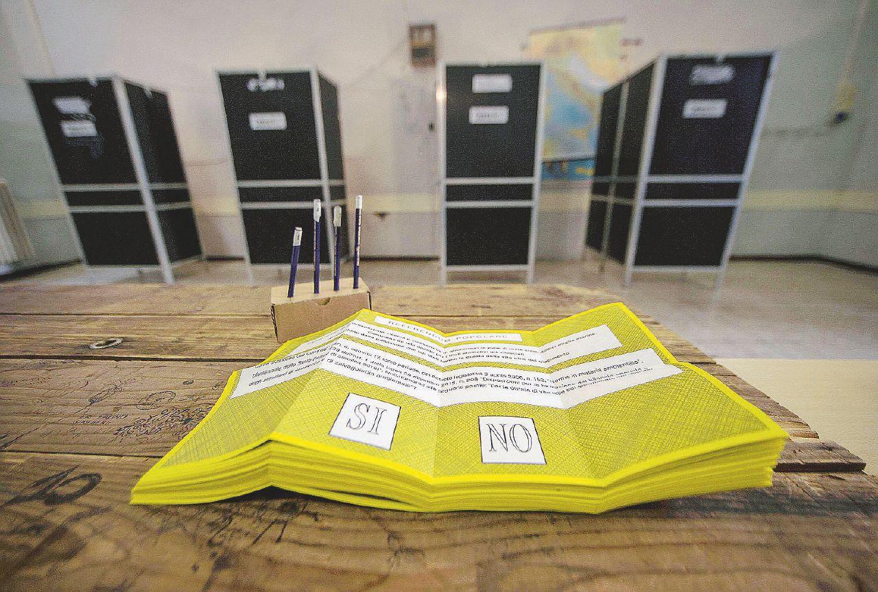 In Edicola sul Fatto Quotidiano del 12 agosto: Referendum – Renzi è nei guai: per salvarsi deve trovare 16 milioni di Sì