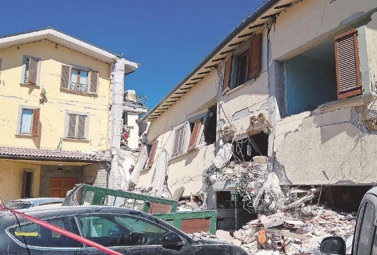 """In Edicola sul Fatto Quotidiano del 31 agosto: Così la chiesa """"anti-sismica"""" è crollata dopo soli 11 giorni"""