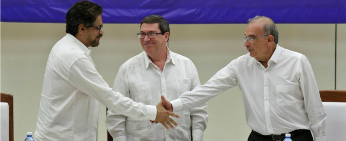 """Colombia, firmato l'accordo di pace tra le Farc e il governo: """"La guerra è finita"""""""