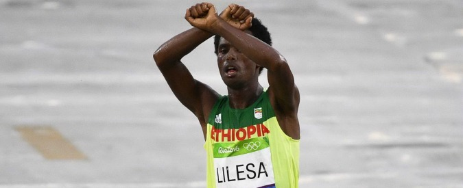 """Rio 2016, l'argento etiope fa il gesto delle manette al traguardo: """"Il governo uccide il mio popolo. Ora temo per la mia vita"""""""