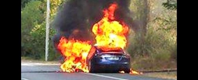 Tesla, una Model S prende fuoco durante un test drive in Francia. Illesi i passeggeri