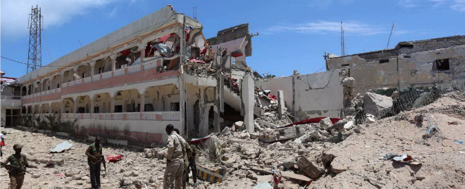 Somalia, kamikaze con autobomba contro l'albergo dei diplomatici a Mogadiscio: 26 morti e 50 feriti. Al Shabaab rivendica