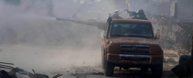 """Siria, battaglia di Aleppo: i ribelli annunciano conquista di importante base militare. Tv di Stato: """"Falso, respinti"""""""