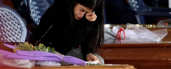 """Terremoto Centro Italia, ad Amatrice l'ultimo saluto alle vittime. Vescovo Rieti: """"Uccise dall'opera dell'uomo, non dal sisma"""" (FOTO – VIDEO)"""