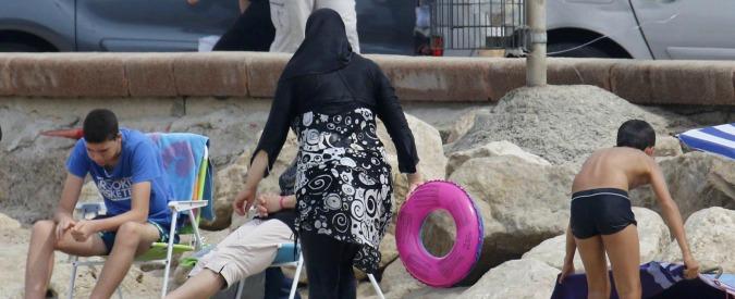 Nizza, obbligata dai poliziotti a togliere il burkini in spiaggia: polemiche sul web