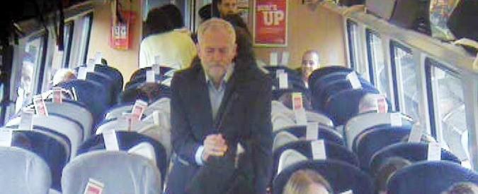 Jeremy Corbyn sul treno seduto a terra? C'è chi non ci crede