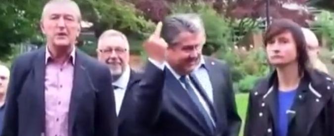 """Germania, il vicecancelliere Gabriel: """"Dito medio ai neonazi? Peccato non avere usato entrambe le mani"""""""