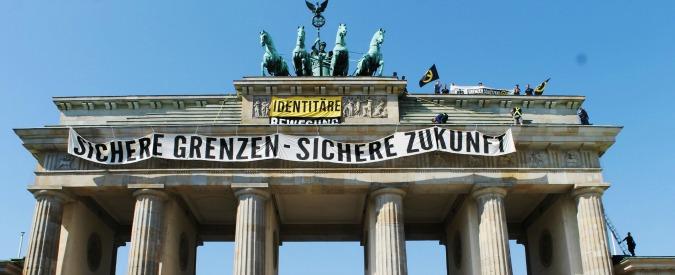 Germania, migranti: pezzi di partito in rivolta, Merkel rinvia ricandidatura. Neonazi sul tetto della Porta Brandeburgo