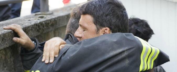 Terremoto Centro Italia, l'abbraccio tra Renzi e il pompiere: il patto che il premier non può tradire