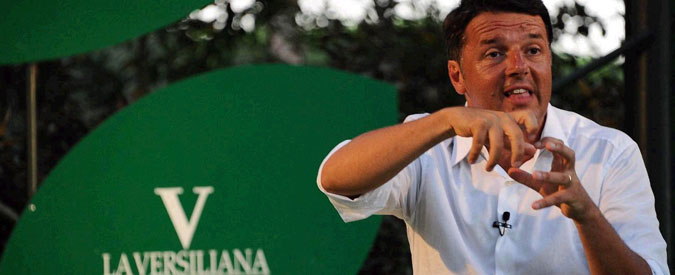 Renzi show in Versiliana. La folla lo aspetta (mentre guarda la pallavolo). Lui sfodera battute e accontenta tutti