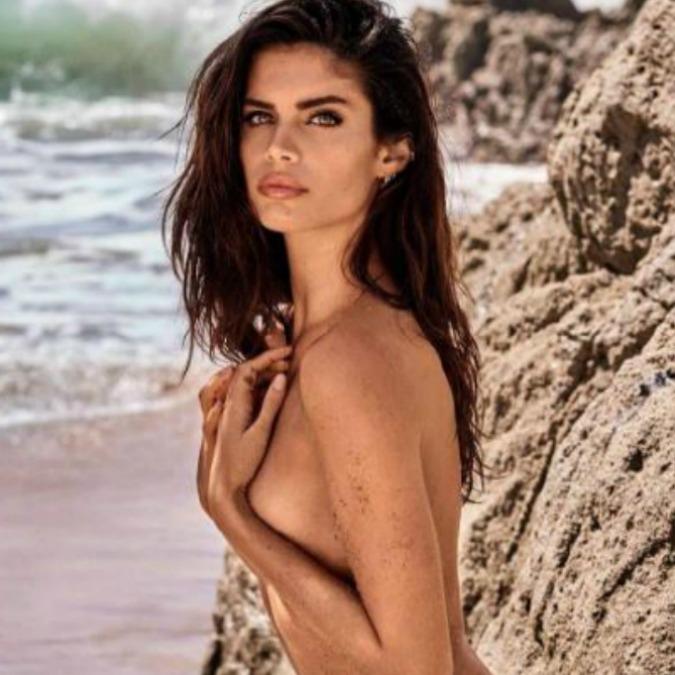 """Sara Sampaio, la modella di Victoria's Secret paparazzata a seno nudo: """"Mi sono sentita violentata"""""""