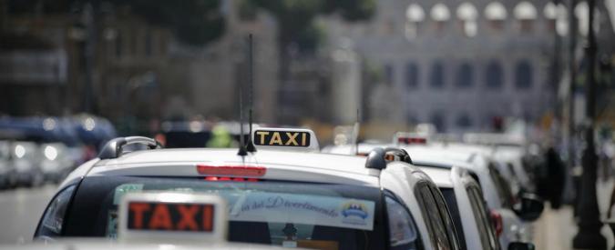 Roma, rapinano una donna e fuggono in taxi. Ladri presi dopo un inseguimento