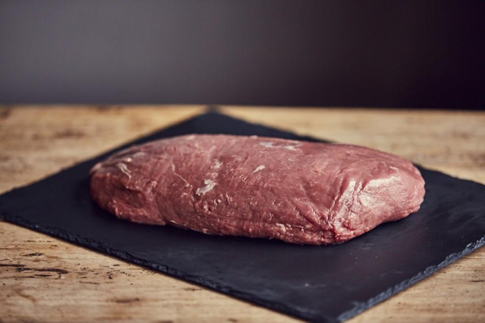 Qual è il trucco per distinguere la qualità della carne?Bisogna analizzare il colore. Deve sempre essere uniforme e naturale. Non deve essere scuro.