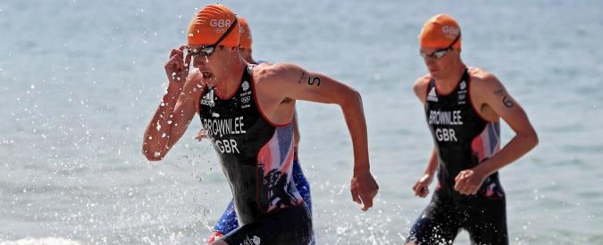 Triathlon, aspetta il gemello prima di tagliare il traguardo: oro e argento ai gemelli britannici Brownlee