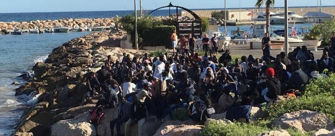 Tensione a Ventimiglia, migranti forzano cordone ed entrano a nuoto in Francia