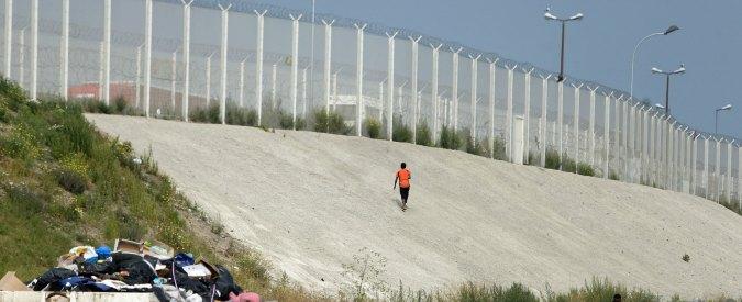 """Migranti, Regno Unito: """"Costruiremo un muro anti-immigrati a Calais"""""""