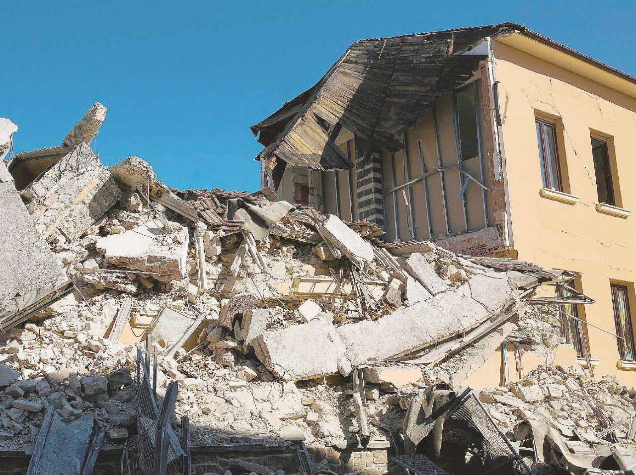 In Edicola sul Fatto Quotidiano del 1 settembre: Appalti e permessi, si indaga anche sul sindaco di Amatrice