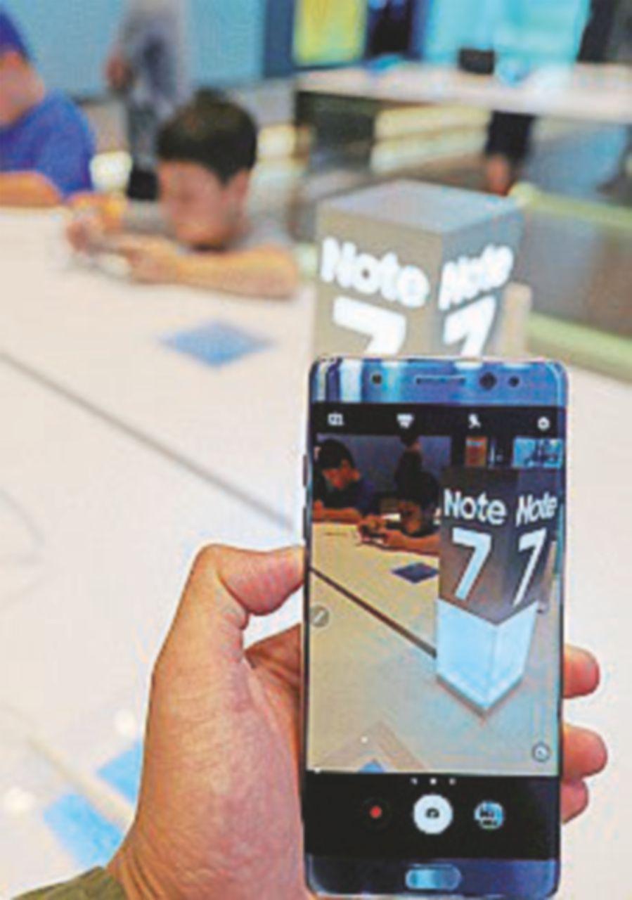 """""""Esplode la batteria"""", Samsung ritira il nuovo smartphone"""