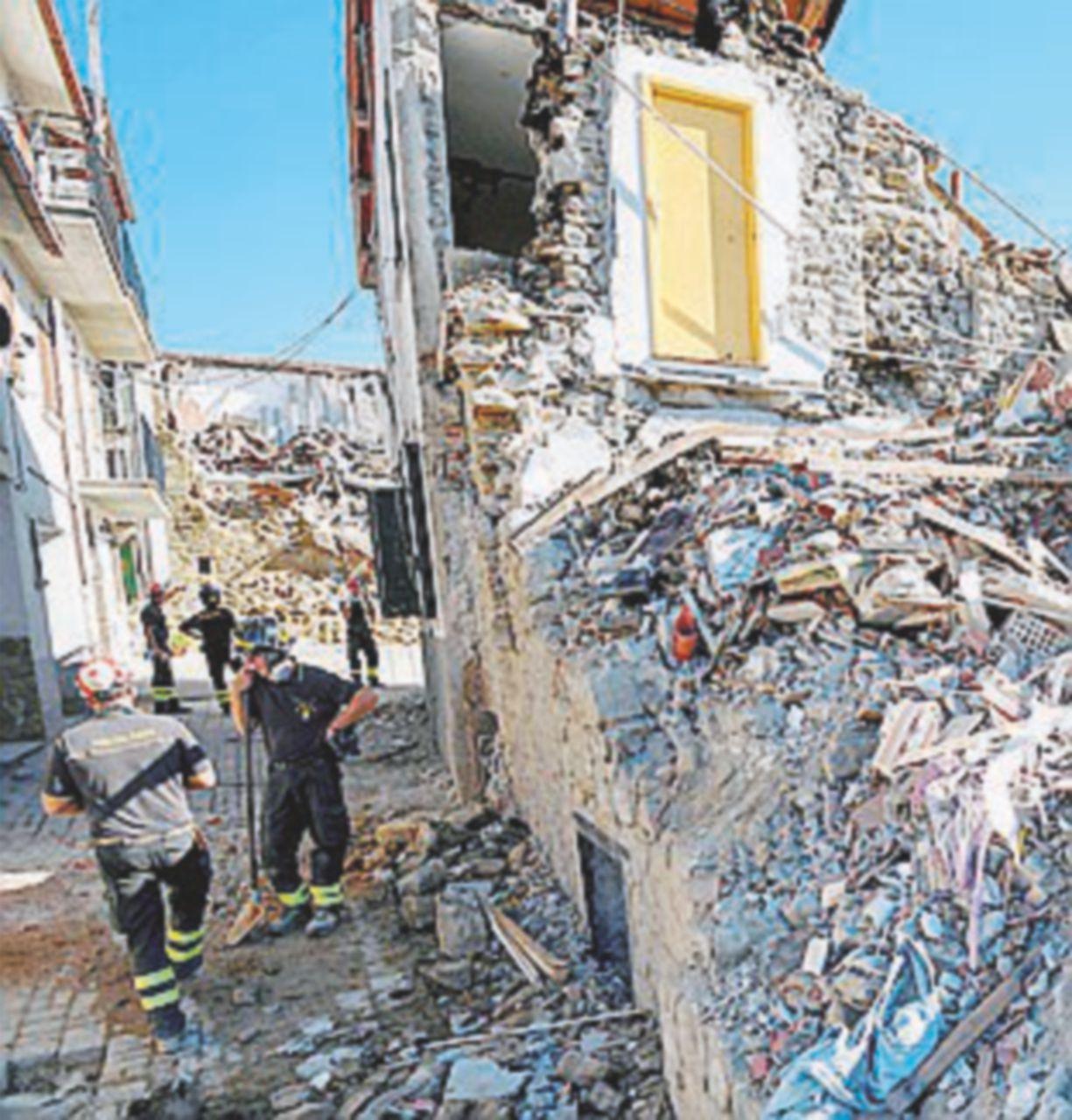 Crolli sospetti, sigilli a tutti gli edifici. I pm: tra un mese si potrà ricostruire