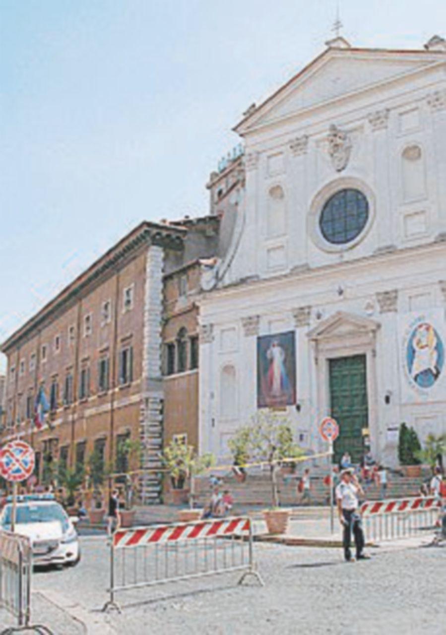 Voragine a San Pietro. Sprofonda un'edicola, problemi al traffico