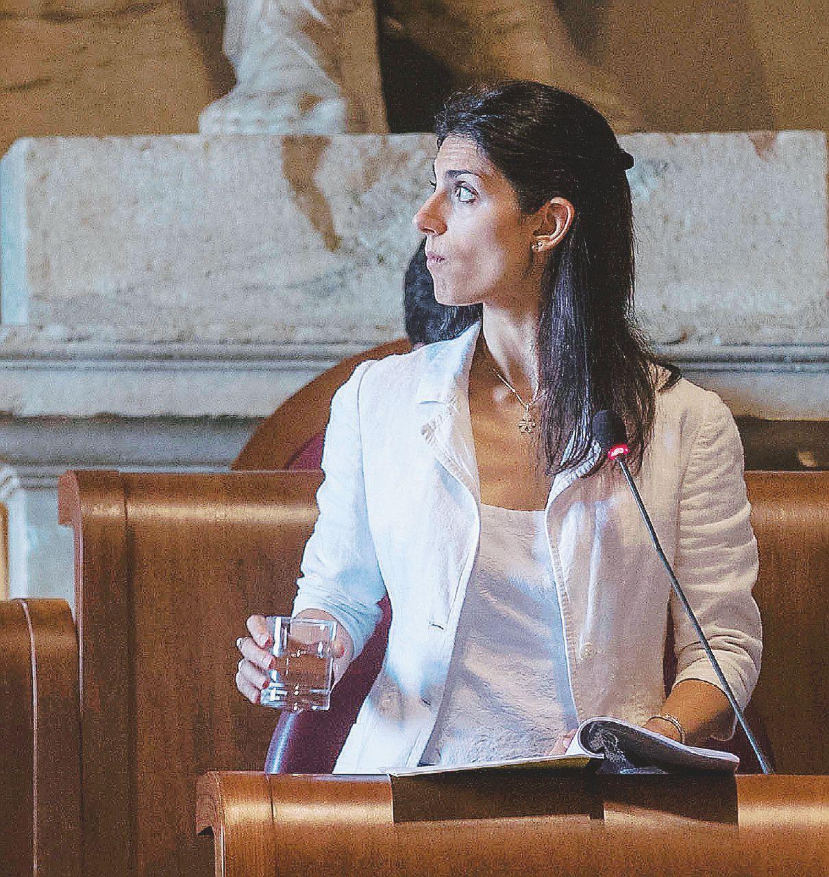 """Roma, la telefonata tra Raggi e Di Maio: """"Luigi, io ho solo Paola: o ne trovi un'altra così o andiamo tutti a casa"""""""